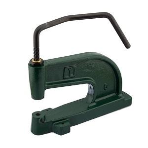 Käsijõul toimiv väike, pikendatud hoovaga mehaaniline press materjalide augustamiseks ning ööside, trukkide ja neetide paigaldamiseks